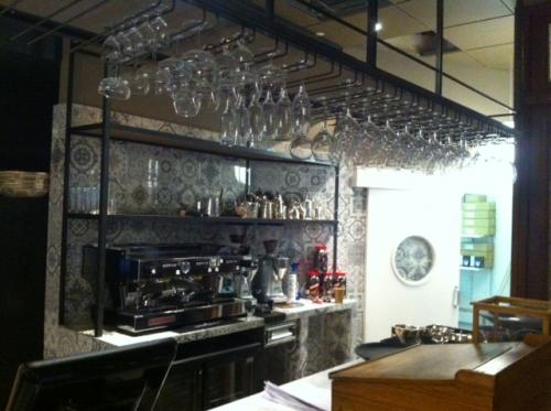 Staal in stijl nijmegen café zeezicht met sfeervol drankrek